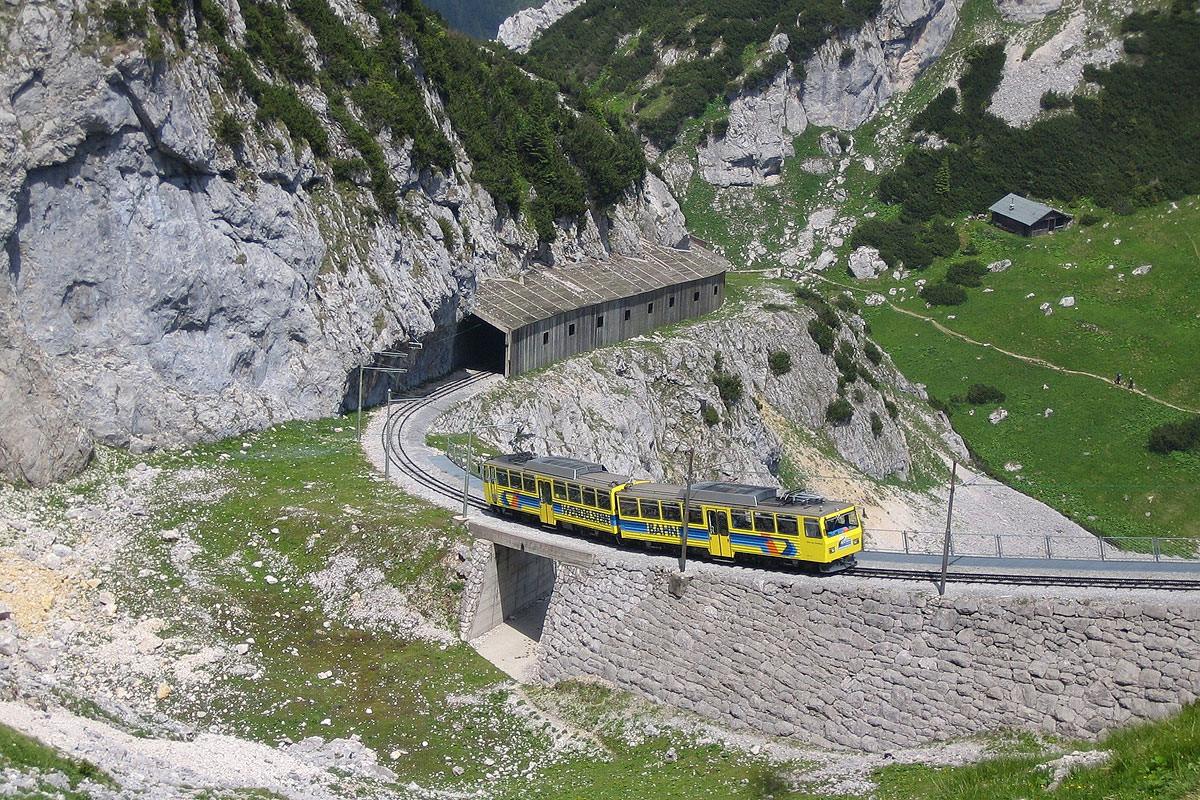 Genießen Sie eine Fahrt mit in der Wendelsteinbahn - Deutschlands erste Zahnradbahn.